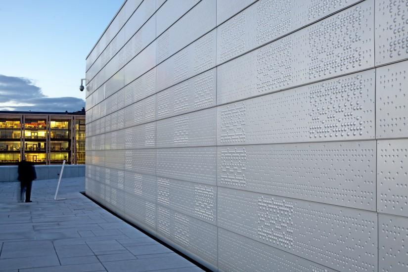 <em>Uten tittel (fasaden og scenetårnene)</em>, av Astrid Løvaas og Kirsten Marie Wagle. Fotograf: Jiri Havran