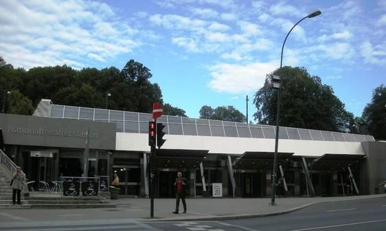 <em>Inngangen til Nationaltheateret stasjon</em>, av Jernbaneverket. Fotograf: Jernbaneverket region Øst