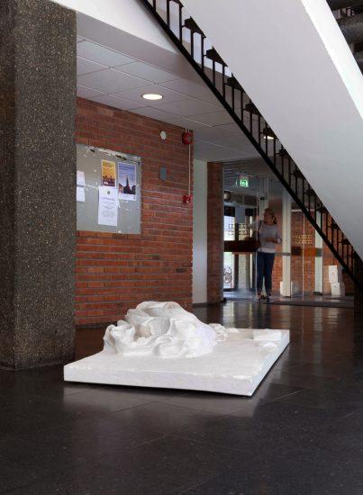 <em>The Living are Governed by the Dead (Draperi)</em>, Marius Engh. Fotograf: Hilde Honerud
