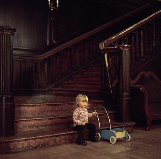 <em>The ideal state (Playing in the hallway of Schloss Tonndorf)</em>, Una Hunderi. Fotograf: Una Hunderi