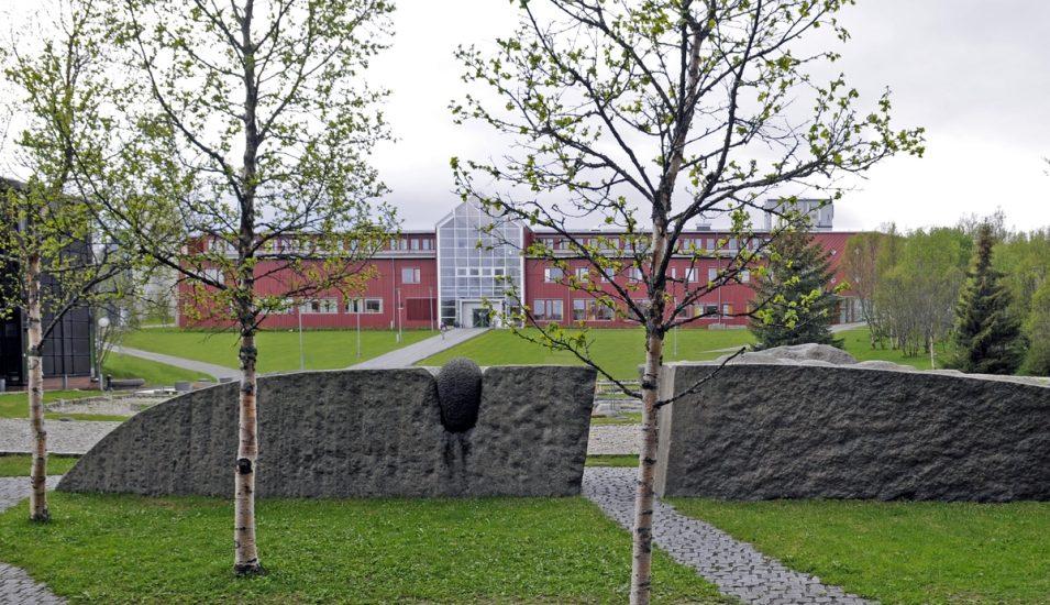 <em>Administrasjonsbygget</em>, UiT Norges Arktiske Universitet, Campus Tromsø. Fotograf: Fredrik Qvale / KORO
