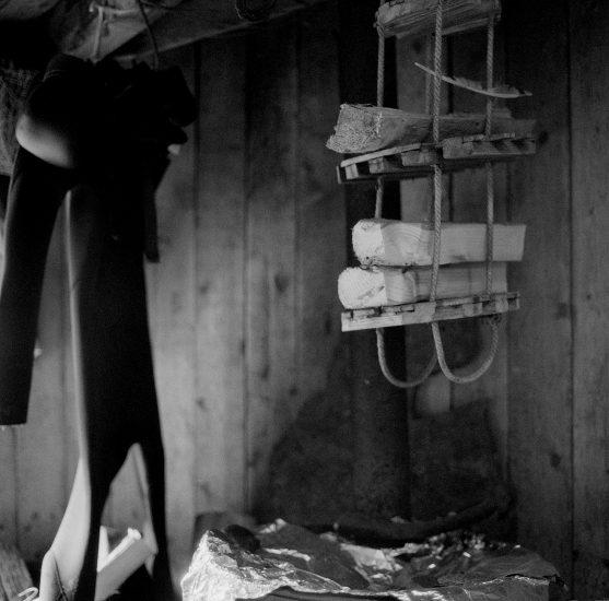 <em>The ideal state (Drying wood and wetsuits)</em>, Una Hunderi. Fotograf: Una Hunderi