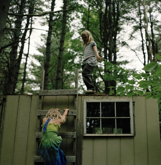 <em>The ideal state (Playing orphans surviving in the woods)</em>, Una Hunderi. Fotograf: Una Hunderi