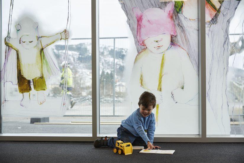 <em>Kunsten å finne Perler</em>, kunstbok for barn av Øyvind Torseter. Hovedpersonen i boken er inspirert av Anne K. Willes verk Barn som helter – helter som barn, som sees på glassveggen. Photographer: Øystein Klakegg