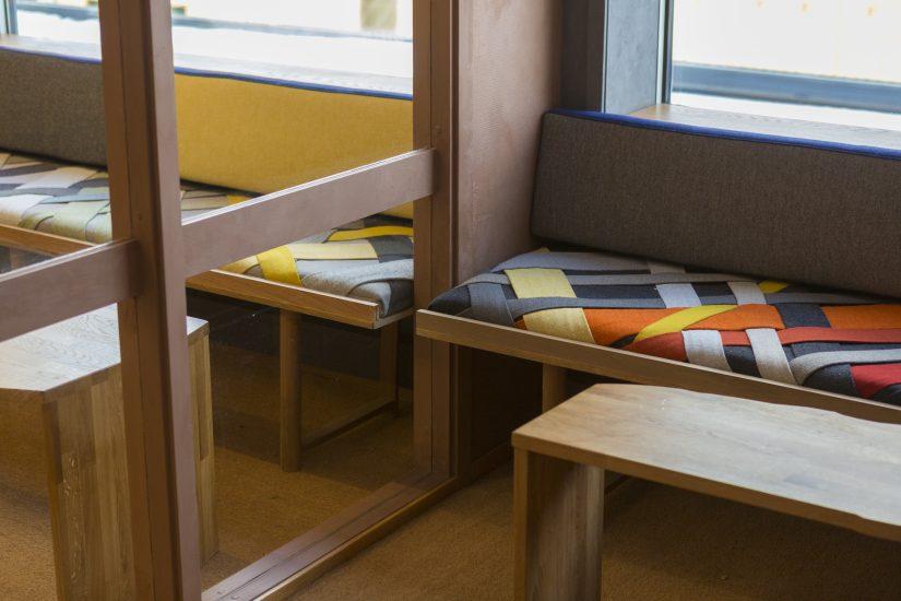 <em>Mange av rommets elementer speiler seg - eller gir en opplevelse av å kunne se igjennom. En del av rommets utforming kom som en direkte konsekvens av en samtale med en ansatt i UNE, som selv hadde vært på flukt</em>, . Fotograf: Alex Asensi