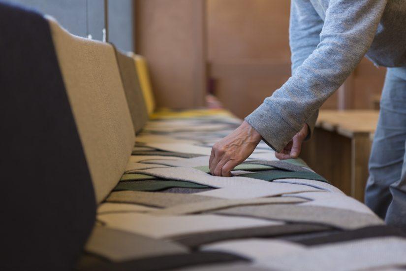 <em>Gjennom kontakter i Gudbrandsdalens Uldvarefabrik fikk de overskuddsmaterialer fra produksjonen vederlagsfritt, og brukte det i venterommet</em>, . Fotograf: Alex Asensi
