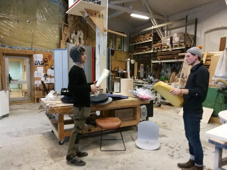 <em>Med bakgrunn innen design og møbelformgiving, var Henning Linaker og Mads Pålsrud essensielle for prosjektet. - Jeg ville bli med på Elins prosjekt fordi det føltes viktig: jeg kunne bli med på å endre noe for mennesker i en svært vanskelig situasjon, sier Pålsrud</em>, . Fotograf: Elin T. Sørensen