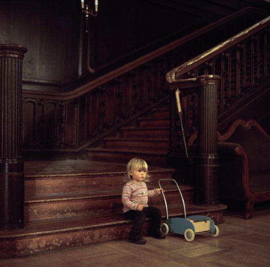 <em>The ideal state (Playing in the hallway of Schloss Tonndorf)</em>, Una Hunderi. Photographer: Una Hunderi