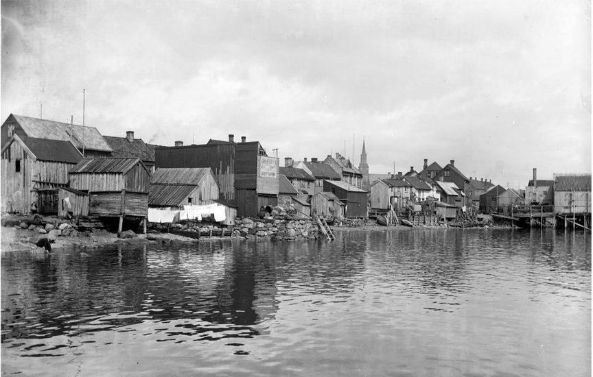 <em>Den gang da. Minne om Tromsjø sjøfront 1909</em>, fotograf ukjent. Kilde: Riksantikvaren/Nasjonalbiblioteket - Mittet.