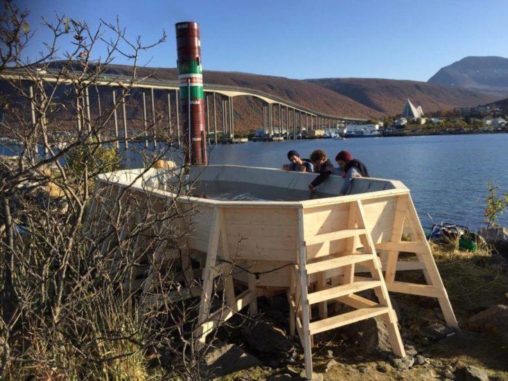 <em>Festivalen «Ka no?» var et samarbeid mellom Tromsø kommune, KORO og Raumlabor Berlin. Her under byggingen av badestampen i Nordbyen</em>, . Fotograf: Humle Rosenkvist