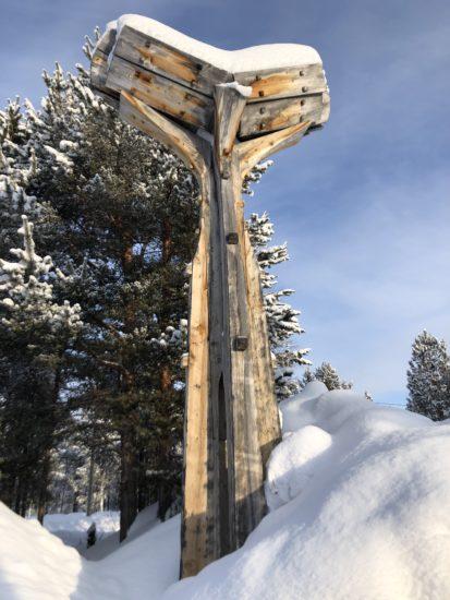 <em>Runebomme-hammeren</em>, Iver Jåks. Et av KOROs tidligere verker ved Samisk videregående skole. Fotograf: KORO