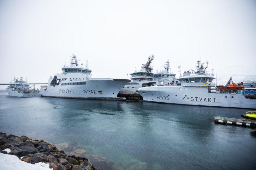 <em>I havn</em>, Flere kystvaktfartøy ligger til kai på Kystvaktbasen på Sortland. Fotograf: Kystverket