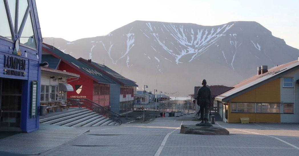 Statens Hus i Longyearbyen til høyre i bildet. Fotograf: Svalbardposten
